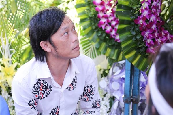 Trưa nay, Hoài Linh, một người đồng nghiệp thân thiết của Minh Thuận đã có mặt tại đám tang. - Tin sao Viet - Tin tuc sao Viet - Scandal sao Viet - Tin tuc cua Sao - Tin cua Sao