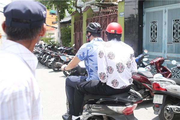 Đến chia buồn cùng gia đình Minh Thuận, Hoài Linh vẫn giản dị như thường lệ khi đi xe máy, ăn vận chỉn chu. Nam danh hài vô cùng ngậm ngùi, thương xót trước vong linh người đã khuất. - Tin sao Viet - Tin tuc sao Viet - Scandal sao Viet - Tin tuc cua Sao - Tin cua Sao