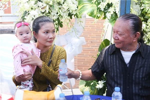 Hoài Linh giản dị đến chia buồn cùng gia đình Minh Thuận - Tin sao Viet - Tin tuc sao Viet - Scandal sao Viet - Tin tuc cua Sao - Tin cua Sao