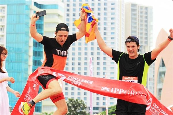 Vận động viên chia sẻ niềm vui tại đích đến Challenge Vietnam.