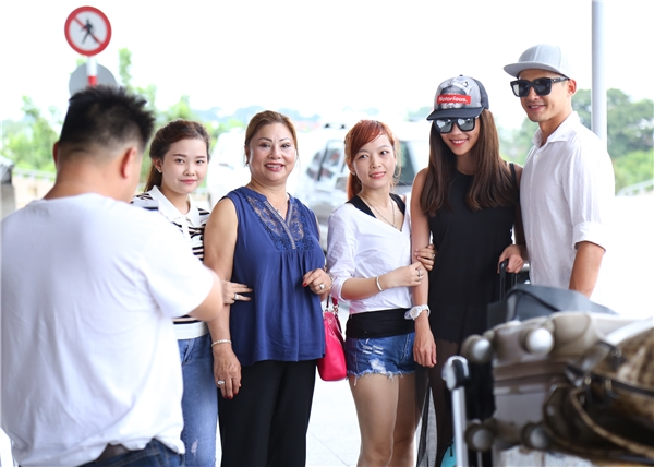 Cặp đôi vui vẻ chụp ảnh kỉ niệm cùng người hâm mộ khi được nhận ra tại sân bay. - Tin sao Viet - Tin tuc sao Viet - Scandal sao Viet - Tin tuc cua Sao - Tin cua Sao