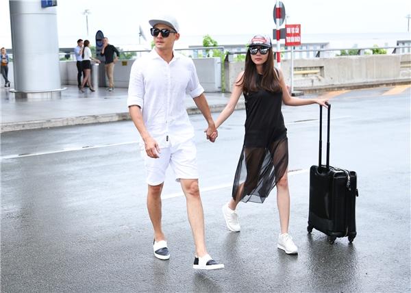 Năng động, cá tính với trang phục đối lập đen – trắng, cặp đôi diễn viên Ải Mỹ Nhânthu hút nhiềusự chú ý từngười hâm mộ. - Tin sao Viet - Tin tuc sao Viet - Scandal sao Viet - Tin tuc cua Sao - Tin cua Sao