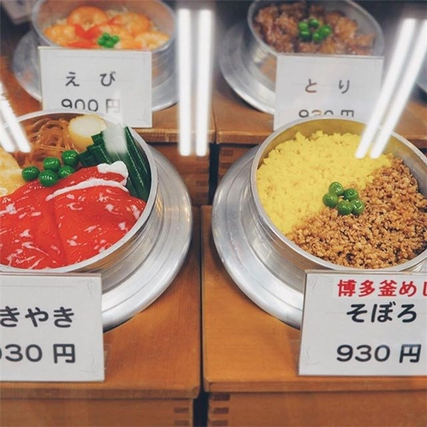 Các loại cơm trộn, thịt sốngđược chế biến tinh xảo y như thật.