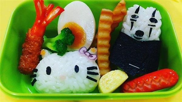 Phần ăn trẻ con thường được trang trí nhiều màu sắc với hình các nhân vật hoạt hình đáng yêu.