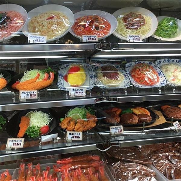 Các đĩa thức ăn được trưng bày cẩn thận cùng với giá tiền để khách dễ lựa chọn.