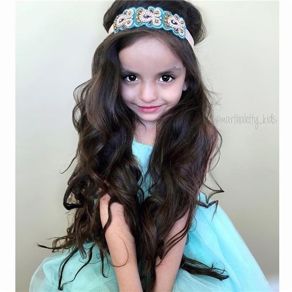 Dù chỉ mới 5 tuổi nhưng JJ đã lộ những nét đẹp như một nàng công chúa. Máitóc dài, đen mượt khiến cô bé trông càng nữ tính, đáng yêu.