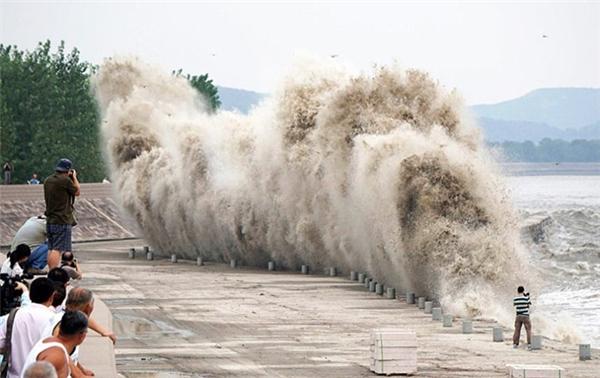 """Con sóng """"thủy quái"""" thần kì cao hơn 30m thu hút hàng vạn người xem"""