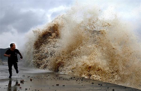 Sóng trên sông Tiền Đường, đoạn qua thành phố Hải Ninh ven biển của tỉnh Chiết Giang. Giới chức Chiết Giang cho biết các cơn bão trên biển Hoa Đông năm nay khiến sóng mạnh hơn mọi năm.