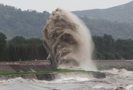 Các cơn sóng mạnh khi đập vào bờ có thể tạo thành cột nước cao tới 30 m. Sóng trên sông Tiền Đường từ lâu đã trở thành một trong những đặc điểm riêng của thành phố Hải Ninh.