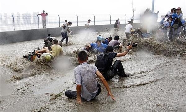 Mọi người đều bị quật ngã nếu không nhanh chân chạy trước khi con sóng ập vào