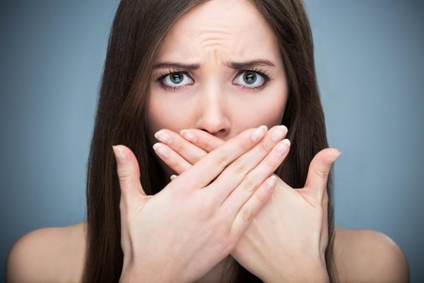 Hơi thở có mùi hôi thường làdovệ sinh răng miệngkhông sạch.
