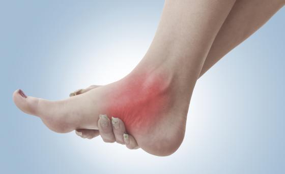Theo Diện Chẩn,dùng nhang hơ mắt cá tay cùng bên với chân bị thương sẽ chữa lành bong gân, trật khớp.