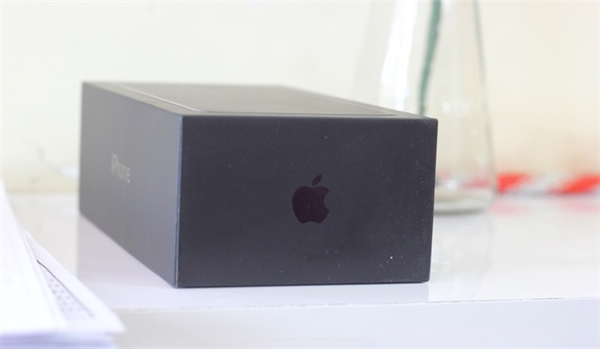 """Vỏ hộpiPhone 7 Plus Jetblack màu đen mờ, logo """"quả táo"""" đen bóng"""