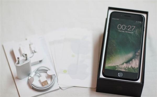 Bên trong hộp bao gồm phụ kiện sạc, cáp, tai nghe, sách hướng dẫn, que chọc sim, miếng dán phát sáng... giống như những chiếc iPhone 7 Plus khác.