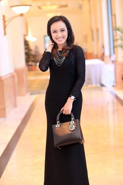 Túi Dior màu đen là lựa chọn thông minh của Hoài Anh nhằm tôn lên diện mạo đẳng cấp khi tham dự sự kiện.