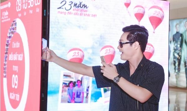 Chương trình còn có sự tham gia của MC nổi tiếngPhan Anh. Ông bố ba con cũng tranh thủ selfie, post Facebook với chiếc hộp bí ẩn đặt tại Crescent Mall, Q.7, TP.Hồ Chí Minh. - Tin sao Viet - Tin tuc sao Viet - Scandal sao Viet - Tin tuc cua Sao - Tin cua Sao