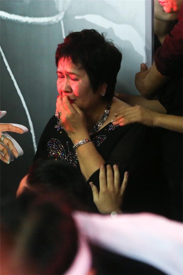 Mẹ nuôi của Minh Thuận không kìm được nước mắt khi nghe lại những giai điệu quen thuộc của con trai. Chiếc áo bà đang mặc là do chính tay Minh Thuận đã đính đá và tặng vào hồi Tết năm nay. - Tin sao Viet - Tin tuc sao Viet - Scandal sao Viet - Tin tuc cua Sao - Tin cua Sao