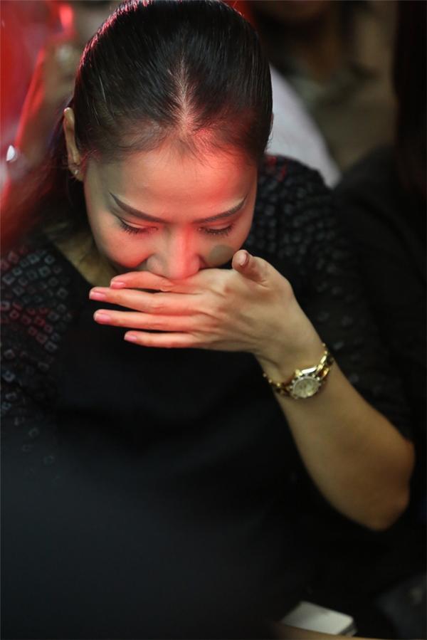 Ngồi nghe lại những ca khúc của người anh thân thiết, Thu Minh liên tục lấy tay lau nhanh những giọt nước mắt lăn dài trên má. - Tin sao Viet - Tin tuc sao Viet - Scandal sao Viet - Tin tuc cua Sao - Tin cua Sao