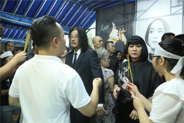 Vợ chồng Cẩm Vân - Khắc Triệu. Hai người đã hát tặng Minh Thuận ca khúc Cát Bụi - Tin sao Viet - Tin tuc sao Viet - Scandal sao Viet - Tin tuc cua Sao - Tin cua Sao