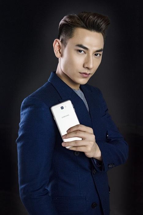 Galaxy J7 Prime với thiết kế tinh tế và trang bị khủng giúp hoàng tử Isaac tỏa sáng khí chất của mình.