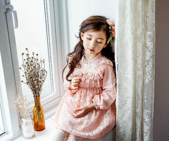 """Ellie được mệnh danhlà """"em bé xinh nhất trong tất cả trẻ con Hàn Quốc""""."""
