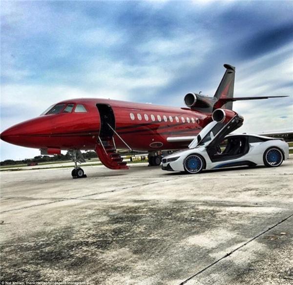 Đây là cách giới siêu giàu du lịch: lái siêu xe ra sân bay rồi cứ thế ung dung leo lên phi cơ riêng.(Ảnh: Instagram)