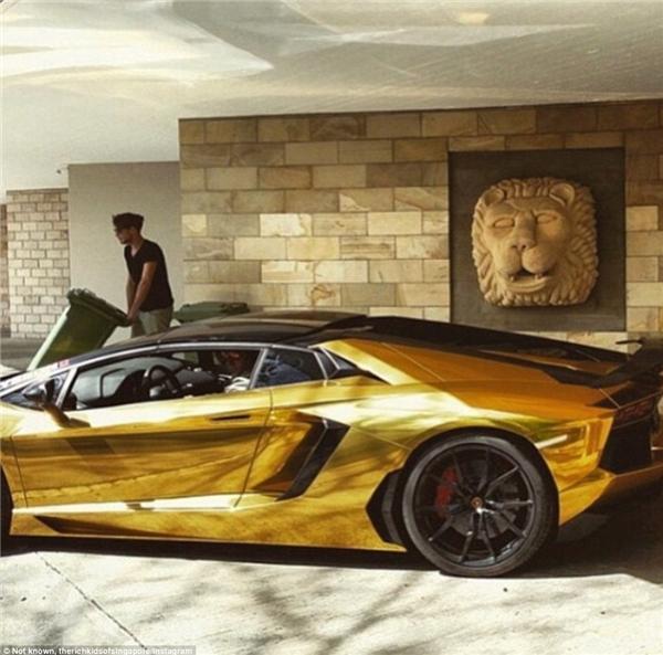 Với chiếc siêu xe Lamborghini màu vàng lấp lánh như thế này, chắc chắn ai cũng phải ngoái đầu lại nhìn chủ nhân của nó.(Ảnh: Instagram)