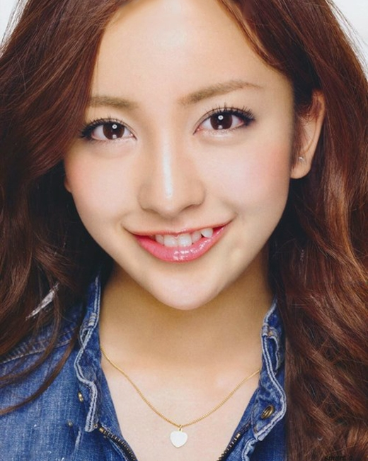 Trong khi phụ nữ nhiều nước phải nhờđến cácphương pháp thẩm mĩđể có đượcmột hàm răng đều tăm tắp thì phụ nữNhật lạisẵn sàng bỏ không ít tiền để sở hữumột hai chiếc răng khểnh.Đàn ông xứ phù tangchorằng răng khểnh giúp các cô gái trông trẻ con, đáng yêu và thu hút hơn. Chính vì vậy, việc các cô gái Nhật sở hữuhàm răng duyên dáng không kém phần độc đáonày ngày càng phổ biến và thịnh hành hơn.