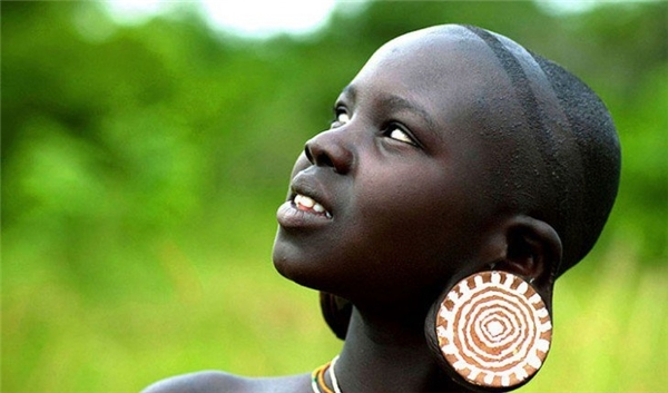 Phụ nữ châu Phi thường có thói quen đeo những đồ trang sức to và nặng như đá hoặc các ngà voiđể trang trí cho đôi tai của mình. Người dân ở đâytinrằng dái tai càng to sẽ càng đẹp, đối với họ đây mới là tiêu chuẩnsắc đẹp.