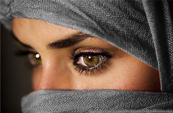 Hầu hết phụ nữ Trung Đôngđều đeo mạng che mặt và chỉ để lộ ra đôi mắt và đó cũng là điểm duy nhất phô bày sự quyến rũcủa họ.Vì vậy, họ rất chú trọng trong việc chăm sóc mắt và trang điểm sao cho thậttinh tế đểtôn lên vẻ đẹp của đôi mắt. Nếu có cơ hội nhìn phụ nữ Trung Đông qua tấm mạng che mặt, bạn sẽ cảm nhận được sự cuốn hút kì lạchỉ qua đôi mắtsâu thẳm pha lẫn bí ẩn của họ.