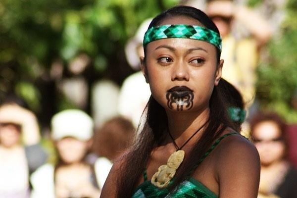 Ở New Zealand, những người phụ nữxăm môi và cằm được xem như một biểu tượng sắc đẹp của người Maori. Họ tin rằngcàng nhiều hình xăm, người phụ nữ càng quyến rũ và cuốn hút hơn.