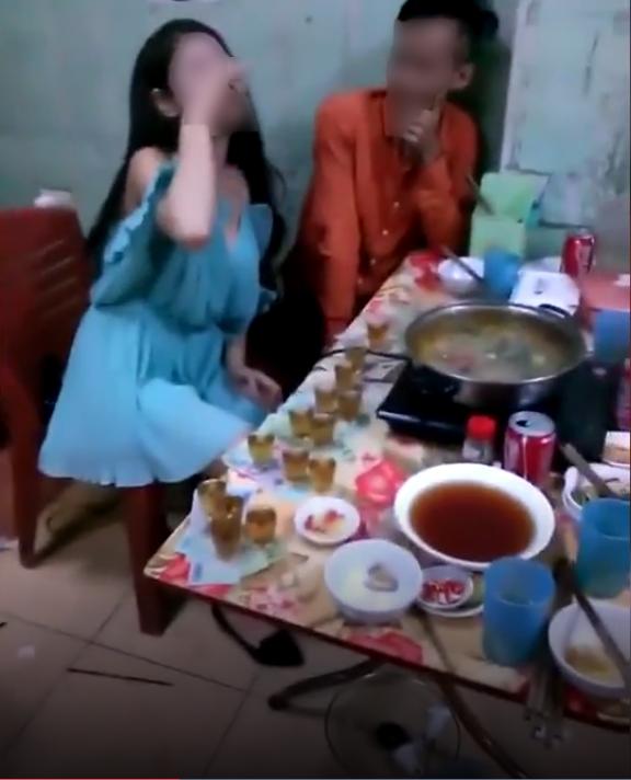 Chàng trai dường như không tin vào mắt mình khi cô gái liên tục uống cạn ly (Ảnh cắt từ clip)