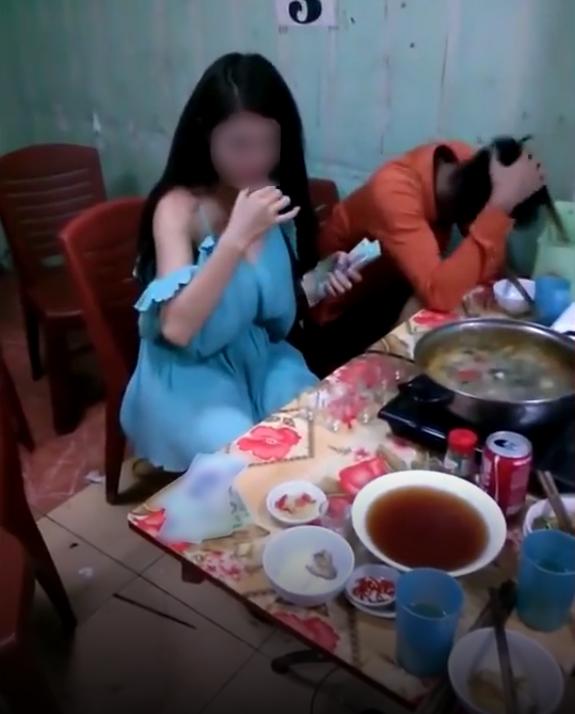 Thách girl xinh uống rượu ăn tiền- trò sĩ diện hão đáng bị lên án