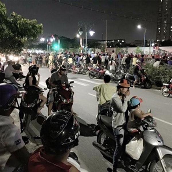 Người dân hiếu kỳ kéo nhau đến kênh Tân Hóa xem thanh niên sống ảotự thiêu. Ảnh: internet