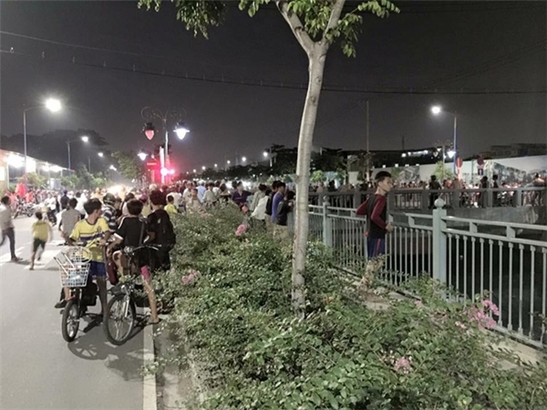Hàng ngàn người đổ ra đường làmkẹt xe nghiêm trọng. Ảnh: fanpage kênhTân Hóa