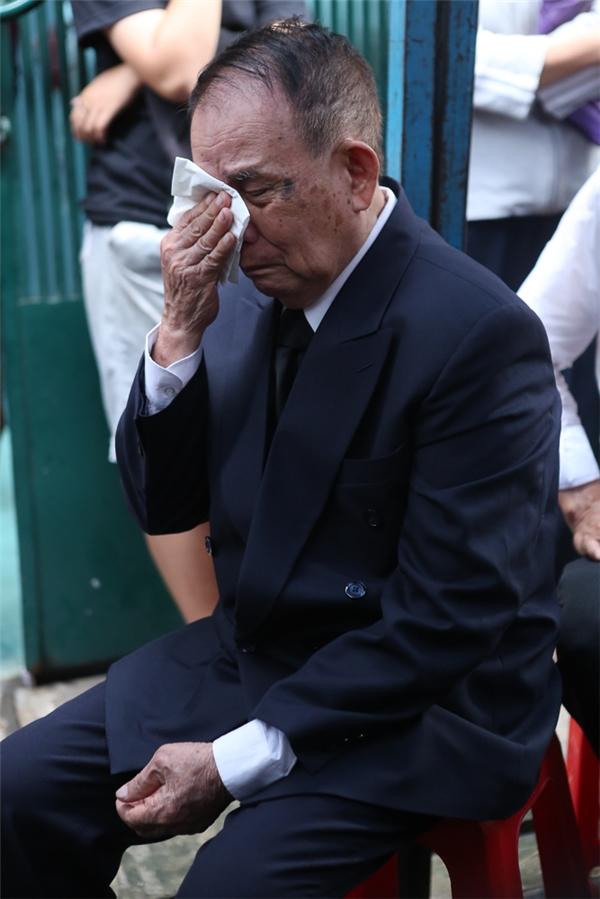 Bố Minh Thuận oà khóc khi nhìn di ảnh con trai. Đây là sự mất mátlớn của cá nhân ông và gia đình. - Tin sao Viet - Tin tuc sao Viet - Scandal sao Viet - Tin tuc cua Sao - Tin cua Sao