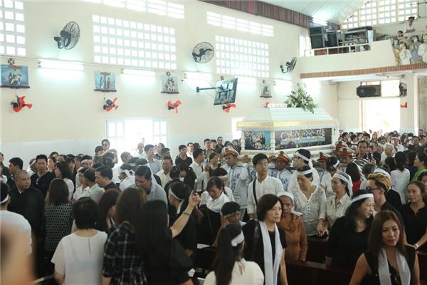 NSƯT Thành Lộc và nhiều người yêu mến Minh Thuậnđã có mặt tại nhà thờ để nhìn anhlần cuối trước khi linh cữu người nghệ sĩ đáng kính được đưa đi hoả táng. - Tin sao Viet - Tin tuc sao Viet - Scandal sao Viet - Tin tuc cua Sao - Tin cua Sao