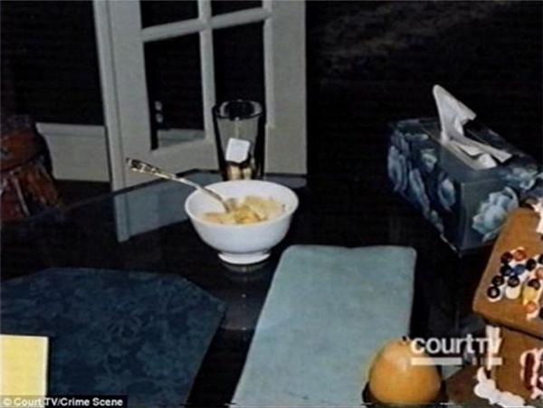 JonBenet tỉnh dậy và thấy đói.(Ảnh: Internet)