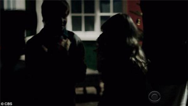 Burke cáu giận và dùng đèn pin đánh em gái.(Ảnh: Internet)