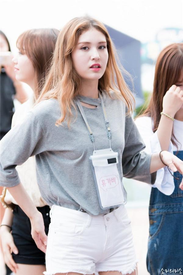 """Tham gia chương trình Produce 101, Somi nhanh chóng """"gây sốt"""" cộng đồng mạng bởi vẻ đẹp lai nhờ hai dòng máu Hàn Quốc và Canada. Dù chỉ vừa bước sang tuổi 15 nhưng thành viên I.O.I đã sở hữu chiều cao vượt trội và vẻ đẹp cuốn hút."""
