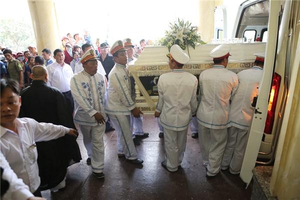 Khoảng 11h, xe tang đưa linh cữu của Minh Thuận vào Nhà hỏatáng Bình Hưng Hoà. - Tin sao Viet - Tin tuc sao Viet - Scandal sao Viet - Tin tuc cua Sao - Tin cua Sao