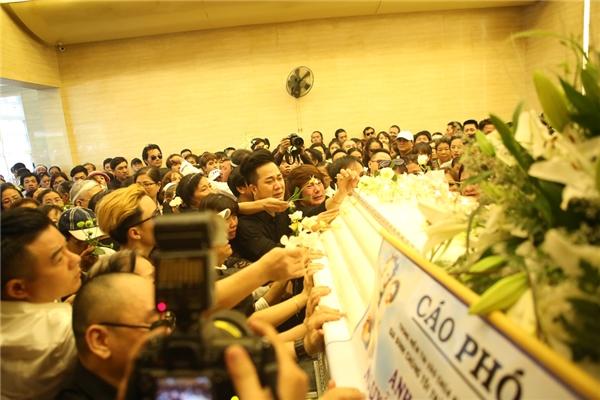 Nhật Hào khóc hết nước mắt tiễn đưa Minh Thuận lần cuối - Tin sao Viet - Tin tuc sao Viet - Scandal sao Viet - Tin tuc cua Sao - Tin cua Sao