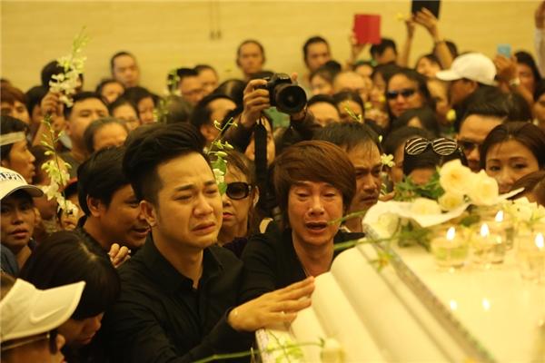 Quách Tuấn Du khóc nức nở chạm tay vào quan tài Minh Thuận - Tin sao Viet - Tin tuc sao Viet - Scandal sao Viet - Tin tuc cua Sao - Tin cua Sao