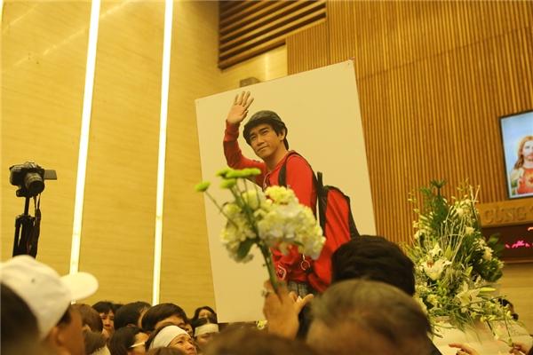 Hình ảnh Minh Thuận vẫy tay chàocàng làm nghẹn ngào những người ở lại. - Tin sao Viet - Tin tuc sao Viet - Scandal sao Viet - Tin tuc cua Sao - Tin cua Sao