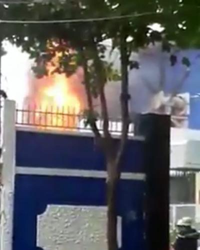 Trạm biến áp cháy lớn dữ dội sau vụ nổ. (Ảnh: T.N.T)