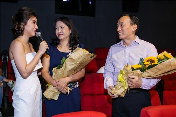 Tiêu Châu Như Quỳnh gửi tặng hoa bố mẹ trong ngày ra mắt MV Chia Tay. - Tin sao Viet - Tin tuc sao Viet - Scandal sao Viet - Tin tuc cua Sao - Tin cua Sao
