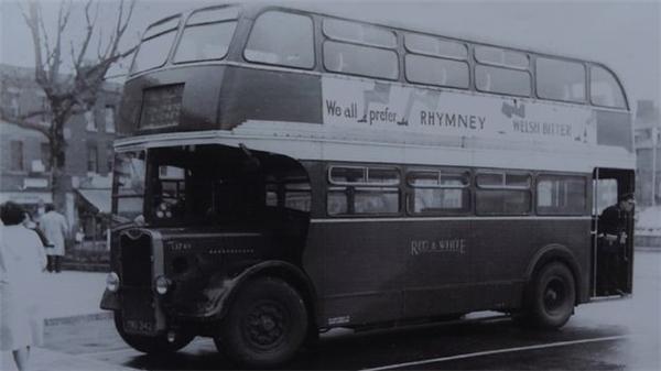 Họ gặp nhau lần đầu trên chuyến xe buýt màu đỏ trắng vào năm 1956.