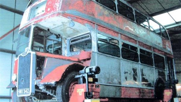 Nhìn thấy chiếc xe buýt ngày xưa, nhiều kỷ niệm gắn bó ùa về với hai người