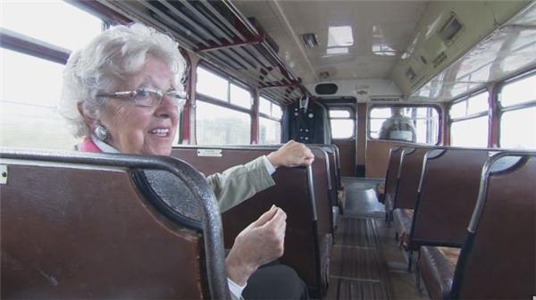 Ngồi trên chiếc xe kỷ niệm do chính chồng mình lái sau 60 năm, bà Shirley rất hạnh phúc