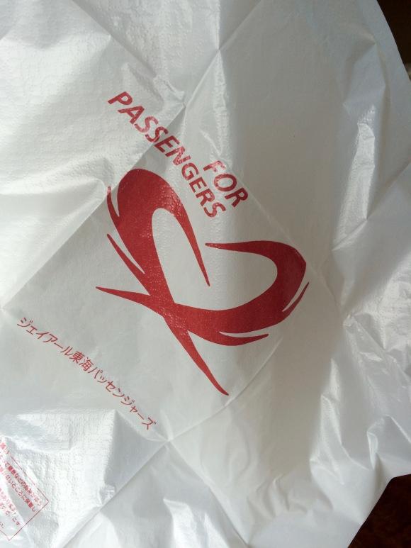 Các cửa hàng tiện lợi khuyến khích hàng lấy túi nilong để đựng rác thải từ những sản phẩm vừamới mua.